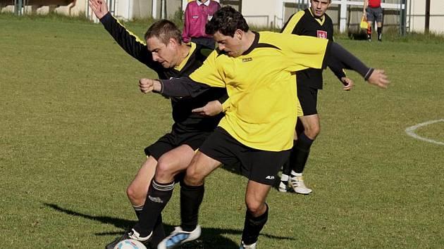 Slepenými brankami mezi 38. až 40. minutou vyšebrodský kapitán Aleš Jirkal (vlevo, v souboji s kaplickým Martinem Zifčákem) vytáhl průběžné skóre až na 3:0.