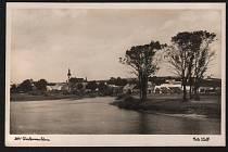 Okénková pohlednice Dolní Vltavice – ulice, železný most přes Vltavu, kostel sv. Linharta. (Autor neuveden, odesláno 26. 8. 1906).