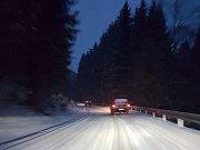 Cesta ze Světlíka do Větřní je sjízdná, ale leží na ní vrstva sněhu.