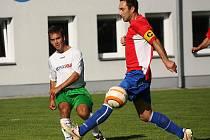 Pravou zkouškou ohněm byl pro fotbalisty FC Vltava pohárový duel s favorizovaným účastníkem KP z Českého Krumlova (na snímku vpravo kapitán Pavel Zayml, jehož hostování se nyní mění v přestup, blokuje krumlovského Jana Koritara).