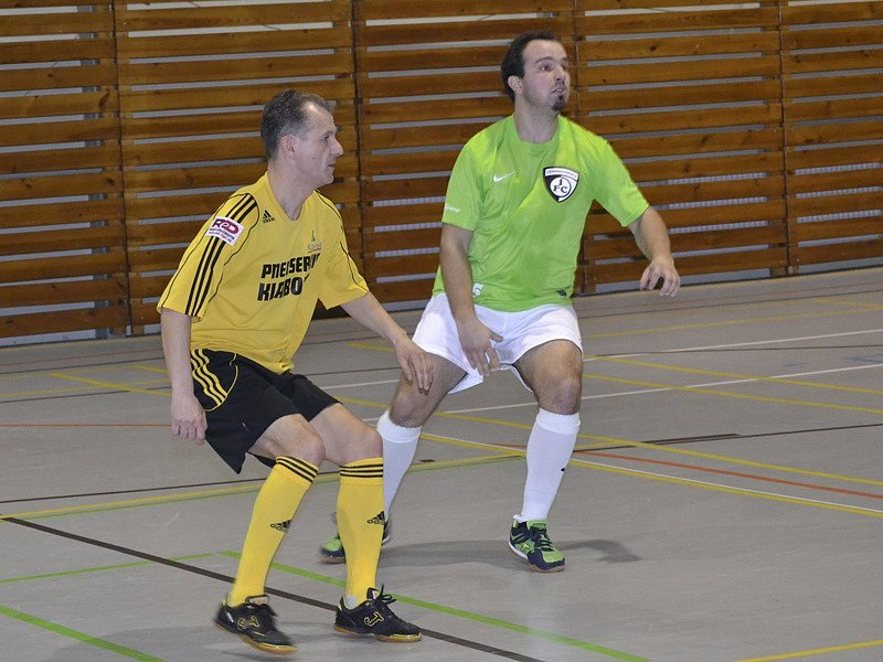 V utkání s Vysokým Mýtem se velezkušený domácí hráč Zbyněk Ginzel (vlevo, před hostujícím Tomášem Novákem)  nejprve postaral o vyrovnání na 1:1 a ve druhé půli pak vstřelil vítěznou branku na 3:2.