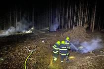 Velešínští hasiči v lese dohašovali ohniska požáru po pálení větví.