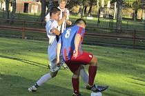 Premiérové mistrovské zásahy za první mužstvo kaplického Spartaku si v utkání se Čtyřmi Dvory připsal dorostenec Denis Roule (na snímku v popředí v černobílém dresu v souboji s hostujícím Patrikem Šejnohou, v zákrytu Josef Gondek).
