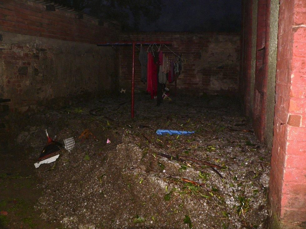 Masa krup s vodou se přehnala dvorem domu v Křenově Dvoře.