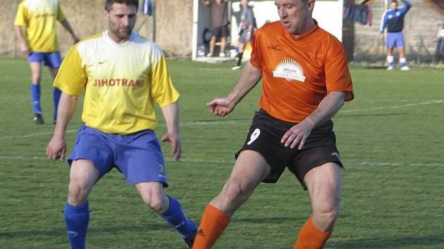 První jarní bod pro Dolní Dvořiště zachránil v 87. minutě zkušený Richard Mazanec (vpravo u míče).