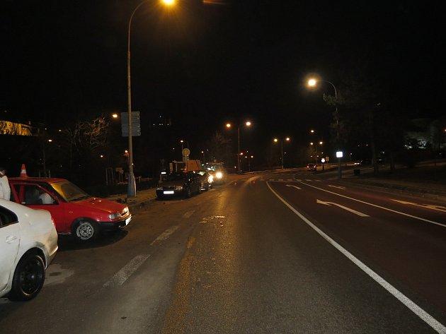 Řidič nezvládl řízení a dostal smyk, přičemž narazil do zaparkované Octavie a Felicie. Zmísta nehody ujel.