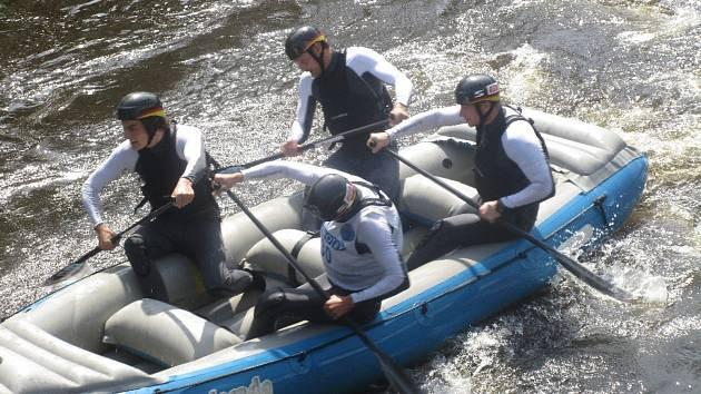 Na divoké vltavské vodě pod lipenskou přehradou je o víkendu živo. Foto: Vlasta Slípková