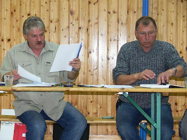 Své první zasedání už mají za sebou například noví zastupitelé Přídolí. Starostou se stal opět Jiří Štěpánek (vlevo). Změna není ani na postu místostarosty. Ve funkci zůstává Josef Sýkora (vpravo). Snímek je ze tři roky starého zasedání zastupitelstva.
