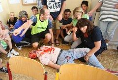 Učitelé se pod vedením policistů a záchranářů učí a cvičí v tom, jak správně zareagovat v případě útoku na školu.