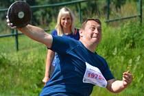 Účastníci závodu se kromě skoku o tyči, který nahrazuje skok do dálky z místa, popasují se všemi nástrahami královské atletické disciplíny – desetiboje.