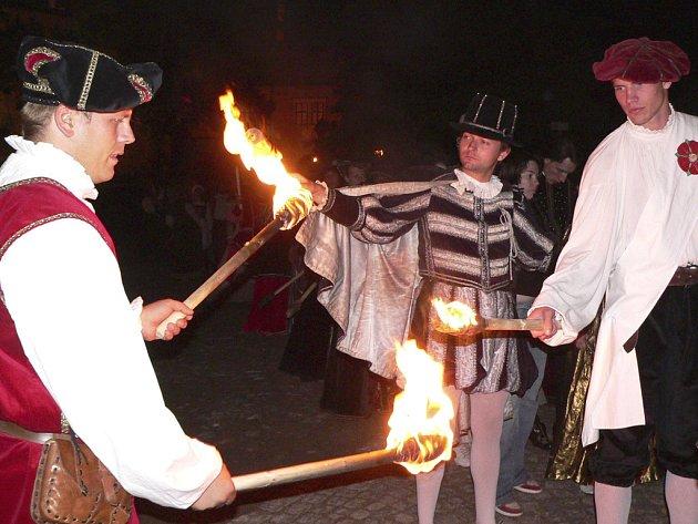 Noční ohňový pochod městem.
