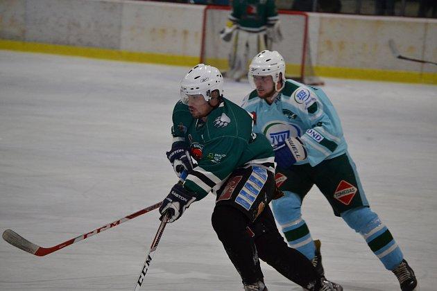 Gólem hrajícího trenéra Kamila Šťastného (v popředí) se medvědi v 55. minutě  dotáhli, ale výhru v nastavení nakonec slavila Telč.