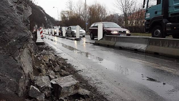 Kamení naštěstí nikoho nezranilo a ani nepoškodilo žádné z projíždějících aut.