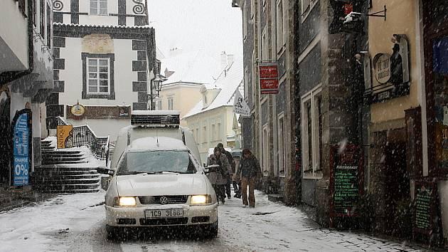 Sněhové vločky zasypaly také centrum Českého Krumlova.