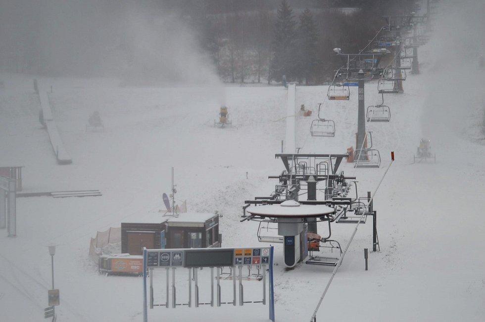 Na Lipně spustili sněžná děla 18. listopadu 2018.