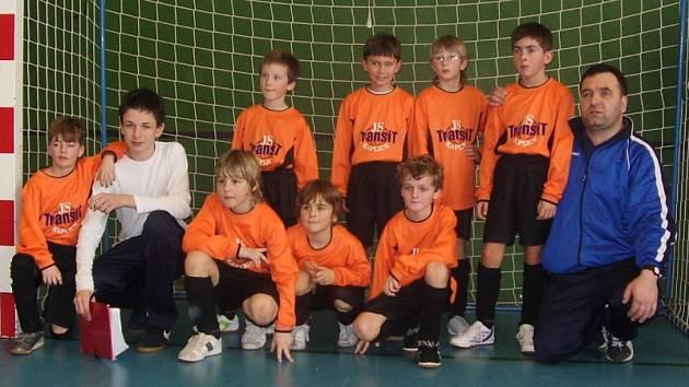 Mladší přípravka Spartaku Kaplice hrála na kvalitně obsazeném halovém turnaji, který pořádal oddíl SK Větrovy v Borotíně u Tábora.