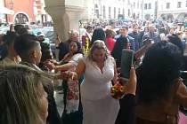 Náměstí Svornosti roztančili svatebčané.