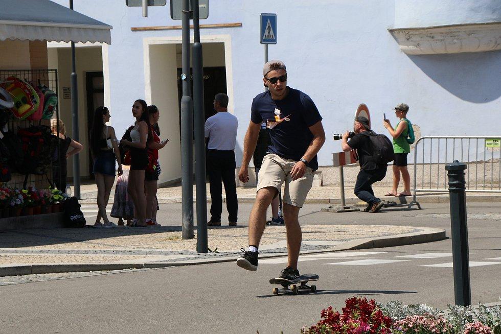 Spanilá jízda Kaplice - Mezinárodní den skateboardingu se konala v sobotu 19. června na unikátní trati přes celou Kaplici. Zúčastnilo se jí asi dvacet účastníků ve věku od šesti do padesáti let,