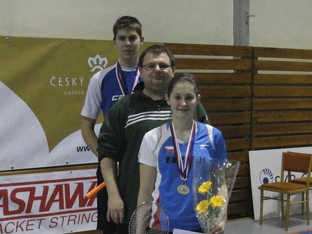 Českokrumlovští badmintonisté měli po Mistrovství České republiky kategorie starších juniorů U19 rozhodně důvod k úsměvům a trenér Radek Votava označil výkony Lucie Černé a Jaromíra Janáčka (na společném snímku) za pověstnou třešničku na výborném dortu.