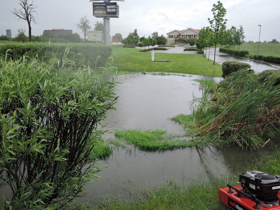 Hasiči SDH Dolní Dvořiště čerpali vodu z rybníčku u kasina, protože voda z něho se vylévala na vozovku.