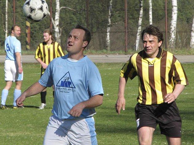 Okresní přebor muži - 12. kolo: Holubov - Zlatá Koruna 0:4 (0:2). Na snímku vlevo u míče hostující Weinhard před domácím Kočerem.