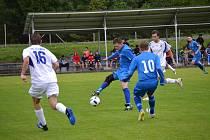 První mistrovskou trefu ve frymburském dresu při derby s Chvalšinami zaznamenal útočný hrot FC Šumava Martin Koza (u míče, na snímku z úvodního derby sezony v Loučovicích).