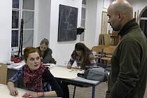 Ředitel školy Martin Busta se studenty.