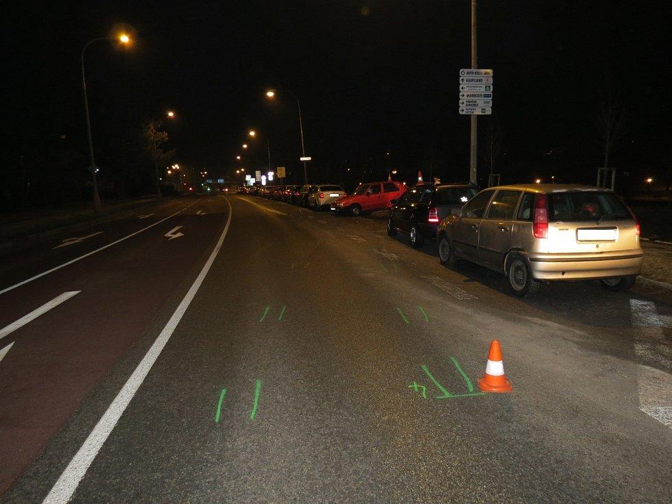 Řidič nezvládl řízení a dostal smyk, přičemž narazil do zaparkované Octavie a Felicie. Z místa nehody ujel.