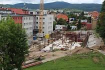 Nové budovy rostou v areálu nemocnice jako z vody.