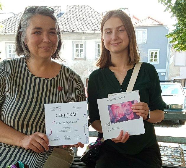 Nadějná umělkyně Světlana Pejchalová se svou pedagožkou Janou Holcovou.