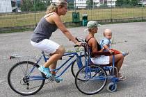 Zadní nástavba invalidního vozíku, kdy handicapovaného veze zdravý člověk, je jedna z pých Miroslava Vacka.