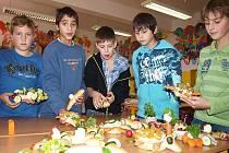 Zásady zdravé výživy si kapličtí školáci ze ZŠ Fantova tento týden osvojují nenásilnou formou. V tomto duchu si připravili i zdravé svačiny, a tak se zelenina s pečivem doslova během chvíle proměnila v želvy, kraby, ale i závodní auta. Na snímku žáci 5.B.