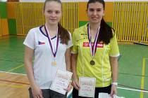 Vítězky dívčí čtyřhry – Zuzana Matoušková z Křemže (vpravo) a Lucie Krpatová z Pardubic.