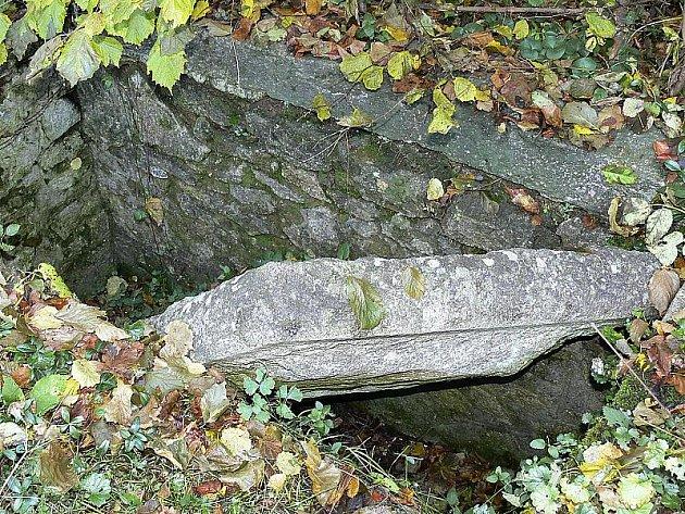 Pohled jak z hororu. Kolem prázdného hrobu v Klení koluje řada pověstí.