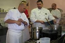 V kuchyni bylo horko, hektično, napilno... Ale výsledek stál za to. Pracovat se Zdeňkem Pohlreichem (vlevo) je dřina, ale přínosná.