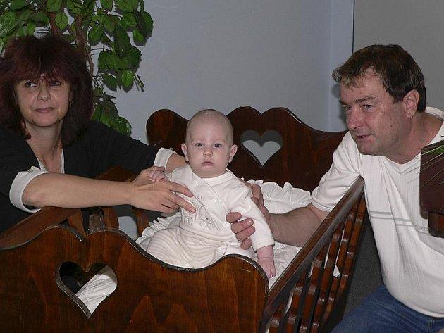 Pavlína  a Jan Turínovi posadili do kolébky svého synka Honzíka.
