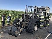 Traktor na silnici shořel prakticky docela.