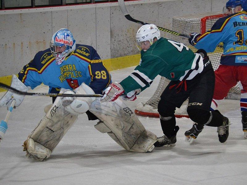 Velkou překážkou pro krumlovské hokejisty v prvním zápase byl gólman Jiskry Jan Zour (v této chvíli humpolecký gólman odehrál kotouč před dotírajícím Janem Fučíkem).