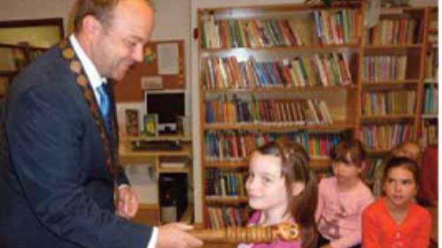 Starosta Brloha Martin Toman při pasování dětí na čtenáře.