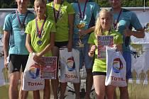 Na stupních vítězů  XI. ročníku Šnomíbo Krumlovského desetiboje (zleva) stříbrní Tomáš Říha a Tereza Supová, zlatí Dana Adámková a Filip Hermann, bronzoví Tereza Faktorová a Michal Borek.
