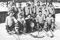 Krumlovský hokej se ve svých začátcích potýkal i s nedostatečným vybavením a často musel vzít za vděk výpomocí z jiných sportů. Na snímku družstvo dorostenců ze sezony 1962/63, které nastupovalo ve fotbalových dresech.