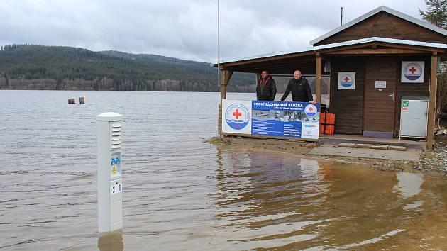 Pavel Jinšík s Michalem Kubíkem monitorují situaci na stanici vodní záchranné služby na Modříně.