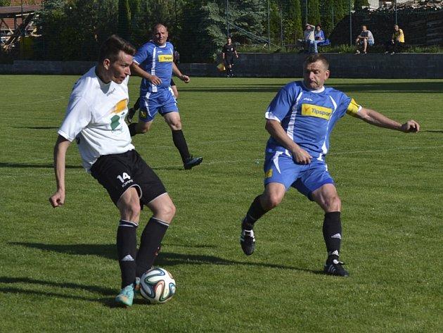 Ve 43. minutě se do vápna hostů zprava prodral Milan Ďurica (vlevo) a i přes snahu bránícího Petra Janury gólem do šatny zvýšil na poločasových 3:0.