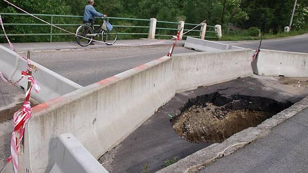 Následkem prudkého lijáku se část silničního mostku v Budějovické ulici ve Velešíně propadla. Most nyní mohou lidé překonávat pouze pěšky. Motoristé musejí pro výjezd z města na E 55 využít Krumlovskou anebo Kaplickou ulici.