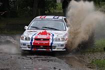 Jan Jinderle a Pavel Kacerovský si při Rally Prachatice vychutnávali celý den souboj se soupeři i s vodním živlem, když se snažili dohnat ztrátu z první rychlostní zkoušky.