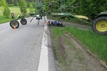 Místo střetu motorkáře se zemědělským strojem.
