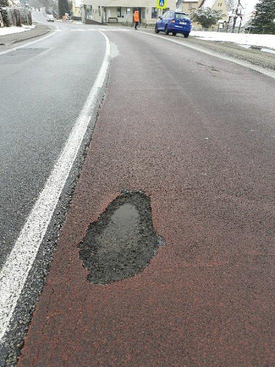 Výtluky na silnici I/3 (E55) v úseku mezi Holkovem a Dolním Dvořištěm.