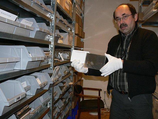 Petr Hudičák s jedním z desítek tisíc originálních negativů dokumentujících historii Krumlovska a Šumavy.