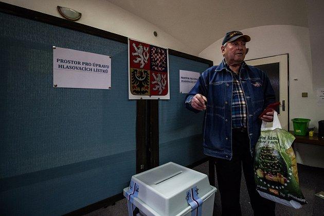 Volební okrsek číslo sedm vKaplici na náměstí.