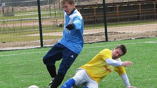 V této chvíli se potkaly opory  obou týmů (zleva zlivský Miroslav Hanousek a křemežský Václav Novák) a souboj skončil faulem hráče našeho okresního zástupce.